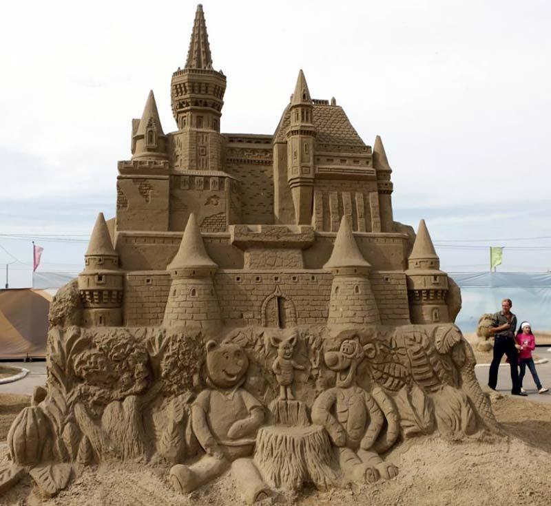 Esta escultura de castelo é enorme, do tamanho de uma casa.